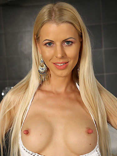 Puffy Network Model Lynna Nilsson